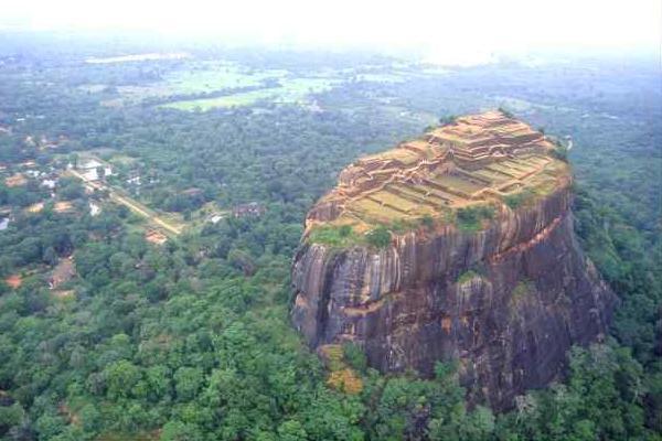 bolovan colosal in jungla cu ziduri verticale si localitate deasupra