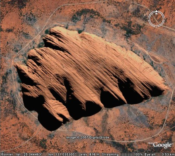 bolovanul gigant Uluru in centrul Australiei